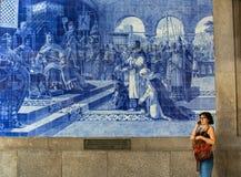 Altes Weinlese azulejos Bild im alten Sao Bento Railway Station von Porto Lizenzfreie Stockfotografie