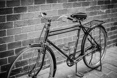 Altes Weinlesefahrrad Stockfotos