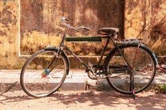Altes Weinlesefahrrad auf der Straße in Cochi, Kerala, Indien stockfotografie