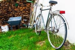 Altes Weinlesefahrrad nahe Stapel des Holzes stockbilder