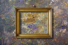 Altes Weinlesegoldaufwändiger Rahmen für Bild auf Wand stockbild