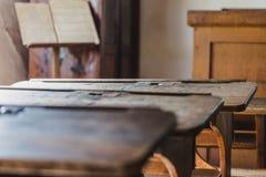 Altes Weinleseklassenzimmer im Dorfkammerhaus mit Holztisch Lizenzfreies Stockfoto