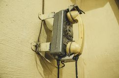 Altes Weinlesetelefon, auf der Wand Stockbild