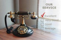 Altes Weinlesetelefon auf einem Schreibtisch Stockbild