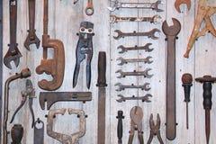 Altes Werkzeug auf hölzernem Brett Lizenzfreie Stockbilder