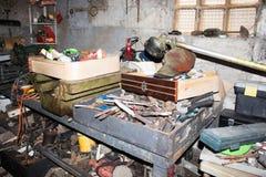 Altes Werkzeug in der Garage Stockfoto
