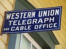Altes Western Union befördern Zeichen mit der Eisenbahn Lizenzfreie Stockfotos