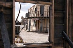 Altes WestHotelzimmer mit einer Ansicht lizenzfreie stockfotos
