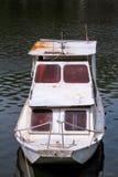 Altes White River Fischerboot, das an See Fluss/Motorboot geparkt wurde, parkte um Bank von Fluss stockfoto
