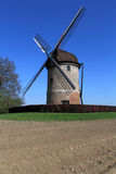 Altes windmilll in der Landschaft Lizenzfreies Stockfoto