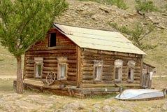 Altes Woden-Haus in den grünen Bergen lizenzfreie stockfotografie