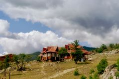 Altes Woden-Haus in den grünen Bergen stockfotografie