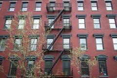 Altes Wohngebäude des roten Backsteins Stockbild