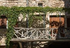 Altes Wohnungshaus überwältigt mit Efeu in Sault, Vaucluse-Abteilung in Provence Stockbild