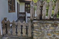 Altes Wohnviertel mit Haus im Bretterzaun vom grauhaarigen Altertum Varosha lizenzfreie stockfotos