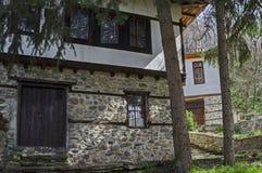 Altes Wohnviertel mit Haus im Kopfsteinzaun vom grauhaarigen Altertum Varosha stockfotografie