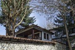 Altes Wohnviertel mit Haus im Kopfsteinzaun vom grauhaarigen Altertum Varosha lizenzfreie stockbilder