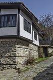 Altes Wohnviertel mit Haus im Kopfsteinzaun vom grauhaarigen Altertum Varosha stockfoto
