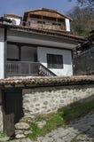 Altes Wohnviertel mit Haus im Kopfsteinzaun vom grauhaarigen Altertum Varosha lizenzfreies stockbild