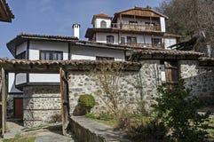 Altes Wohnviertel mit Haus im Kopfsteinzaun vom grauhaarigen Altertum Varosha stockfotos