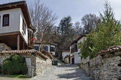 Altes Wohnviertel mit schmaler Gasse und authentische Architektur vom grauhaarigen Altertum Varosha stockbilder