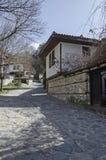 Altes Wohnviertel mit schmaler Gasse und authentische Architektur vom grauhaarigen Altertum Varosha lizenzfreie stockfotografie