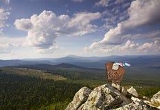 Altes Zeichen auf die Oberseite des Berges stockfotografie