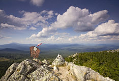 Altes Zeichen auf die Oberseite des Berges lizenzfreies stockbild