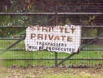 Altes Zeichen auf privaten Eindringlingen des Tors ausschließlich wird verfolgt Lizenzfreie Stockfotografie