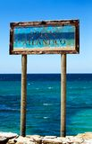 Altes Zeichen Oceano Atlantico in Tarifa Stockfotos