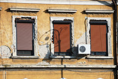 Altes zerbröckelndes Gebäude Stockfotografie