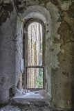 Altes zerbröckelndes gewölbtes Kirchen-Fenster lizenzfreie stockfotografie