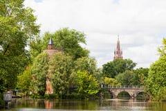 Altes Ziegelsteinhaus auf dem Kanal in Brügge Stockfotografie