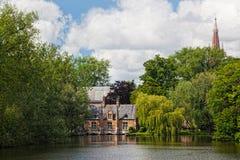 Altes Ziegelsteinhaus auf dem Kanal in Brügge Lizenzfreies Stockbild