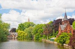 Altes Ziegelsteinhaus auf dem Kanal in Brügge Lizenzfreie Stockfotografie