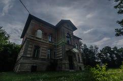 Altes Ziegelsteinlandhaus stockfotos
