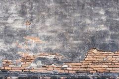 Altes Ziegelsteinmuster und gebrochene Betonmauer für abstraktes backgr Stockbild