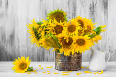 Altes Zinn Blumenstraußsonnenblumen Stilllebens Stockfoto