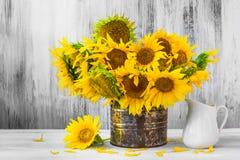 Altes Zinn Blumenstraußsonnenblumen Stilllebens Stockfotografie