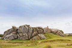 Altes Zollamt zwischen den Felsen an Meneham-Strand, Bretagne stockfotos