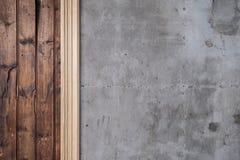 Altes zurückgefordertes Bauholz und Betonmauer stockbild