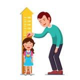 Altezza di misurazione del bambino della ragazza del padre o dell'insegnante illustrazione di stock