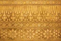 Altgold-Metallplatte mit dem thailändischen traditionellen Schnitzen stockbilder