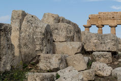 Altgriechisch-Tempel-Kapital, das unter Ruinen liegt Stockbilder