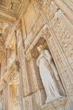 Altgriechische Gebäudefassade mit weiblicher Statue Stockbild