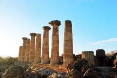 Altgriechische Spalten im Tal von Tempeln auf Insel von Sizilien in den Strahlen der Sonne Reise nach Italien outdoor lizenzfreie stockbilder