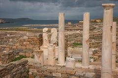 Altgriechischeruinen in der archäologischen Insel von Delos Stockfotos