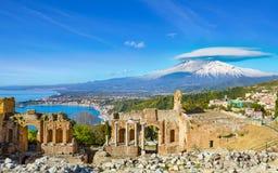 Altgriechisches Theater in Taormina auf Hintergrund von Etna Volcano, Italien lizenzfreie stockfotos