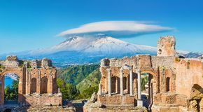 Altgriechisches Theater in Taormina auf Hintergrund von Etna Volcano, Sizilien, Italien stockfoto