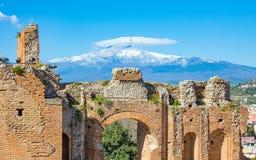 Altgriechisches Theater in Taormina auf Hintergrund von Etna Volcano, Sizilien, Italien lizenzfreies stockbild